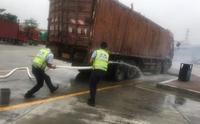 大型货车起烟失火东升服务区职工英勇救火除情况危急